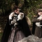 Robb y Bran Stark con los cachorros de huargo