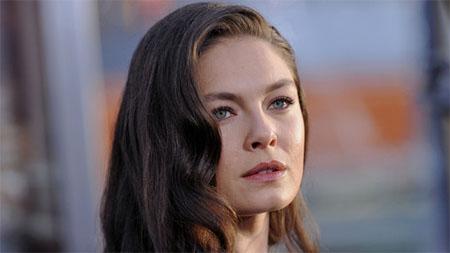 Alexa Davalos será la protagonista de El hombre en el castillo